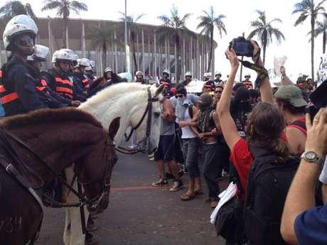 <p>Momento de tensão ocorreu quando manifestantes encararam tropa da polícia</p>
