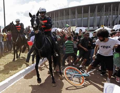 <p>No dia da estreia da Copa das Confederações, manifestantes protestaram dentro e fora do Estádio Nacional Mané Garrincha, em Brasília</p>
