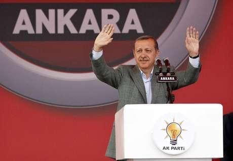 O primeiro-ministro turco, Recep Tayyip Erdogan, saúda multidão durante comício em Ancara