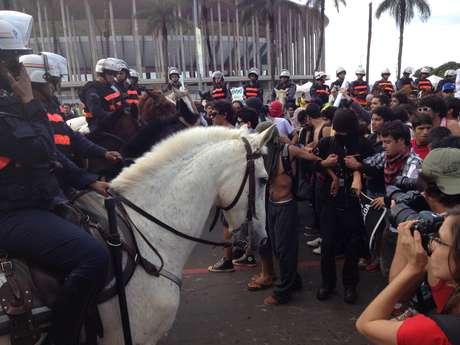 <p>Cavalaria interrompeu caminhada dos manifestantes</p>