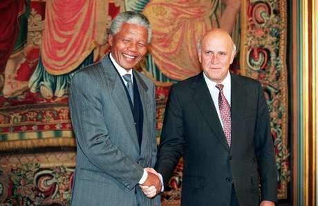 Mandela e De Klerk se cumprimentam após receberem o Nobel da Paz em Oslo, na Noruega, em 10 de dezembro de 1993