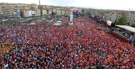 Multidão acompanha comício do partido governista em Ancara
