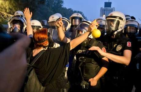 <p>Após o premiê turco anunciar que usaria a força para retirar os manifestantes, jovens enfrentaram os policiais em Istambul</p>