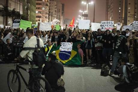 <p>Manifestantes fecharam a avenida Ana Costa durante protesto realizado na última sexta-feira em Santos, no litoral paulista</p>