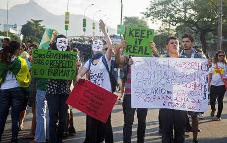 <p>Manifestantes gritam palavras de ordem antes de jogo entre Itália e México, neste domingo</p>