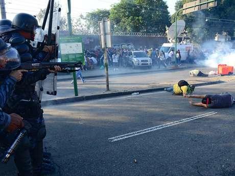 <p>Policiais usamgás e balas de borracha para impedir manifestantes de aproximar do Maracanã</p>