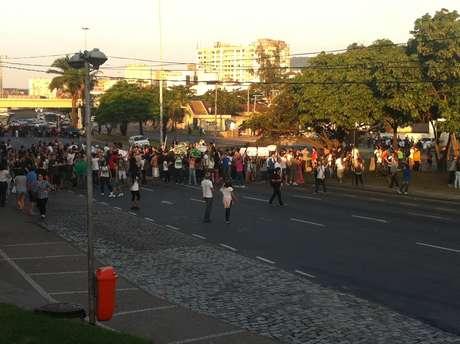 <p>Manifestantes voltam a fechara Radial Oeste, mesmo depois da confusão com a polícia</p>
