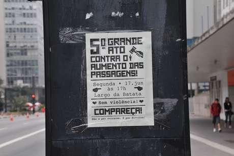 Cartazes espalhados ao longo da avenida Paulista, em São Paulo, convidam para o novo protesto contra o aumento das passagens