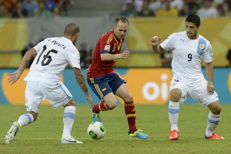 <p>Iniesta, rodeado de contrarios.</p>