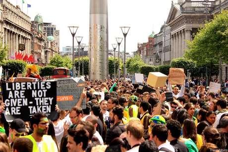 Em Dublin, na Irlanda, brasileiros se reuniram em frente ao monumento Spire