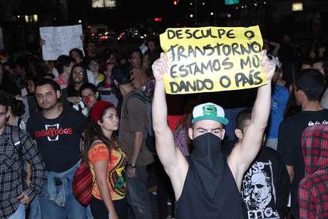 <p>Manifestantes levaramcartazes para protesto nas ruas de Santos</p>