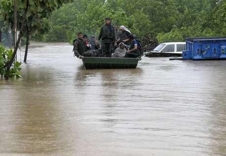 Equipes de resgate buscam por pessoas isoladas na região de Yamunanagar, na Índia