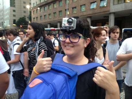 <p>Júlia Jacobinaacoplou na cabeça um modeloda câmera Go Pro</p>