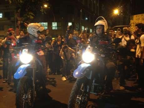 <p>Manifestantes cantaram o Hino Nacional ao passarem por policiais</p>