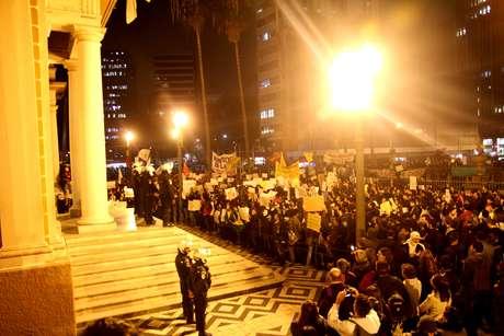 <p>Ontem, milhares voltaram a se reunir em frente à prefeitura da capital gaúcha</p>