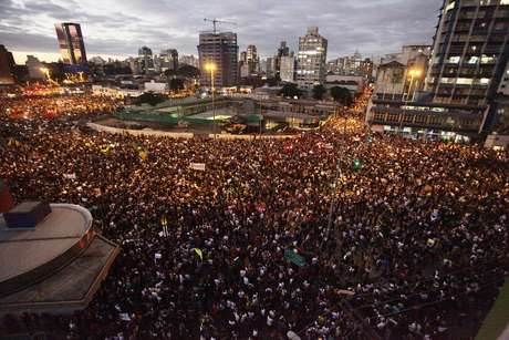 <p>Multidão participa da manifestação em São Paulo nesta segunda-feira</p>