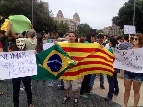 <p>Recente contratação do Barcelona, o atacante Neymar foi convocado pelos manifestantes a se unir aos protestos populares</p>