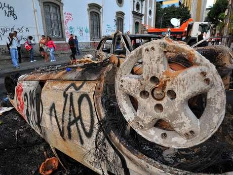 <p>A região central do Rio de Janeiro mostra o resultado de noite de violência na segunda-feira, que teve confronto entre policiais militares e um grupo de manifestantes</p>