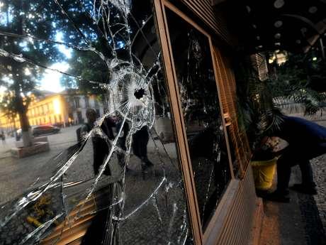 <p>A regi&atilde;o central do Rio de Janeiro mostra o resultado de noite de viol&ecirc;ncia na segunda-feira, que teve confronto entre policiais militares e um grupo de manifestantes</p>