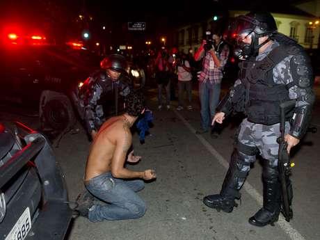 <p>Noite de protesto que reuniu 100 mil pessoas no Rio de Janeiro terminou&nbsp;em confronto de algumas dezenas de pessoas com policiais militares</p>