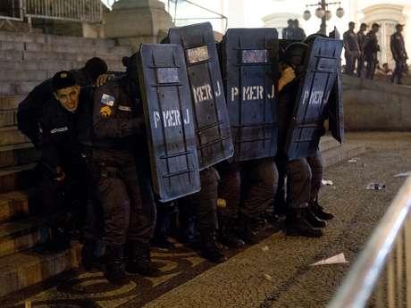 <p>No final do protesto, manifestantes entraram em confronto com a Polícia Militar em frente a Alerj na noite de segunda-feira no Rio de Janeiro</p>