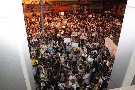 <p>Mais de 1,2 milmanifestantes protestam em frente à Câmara de Vereadores de Bauru, no interior de São Paulo</p>