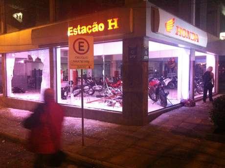 Concessionária de motocicletas é depredada pouco antes do início dos conflitos