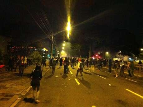 Manifestantes se recusam a recusar apesar do avanço da polícia