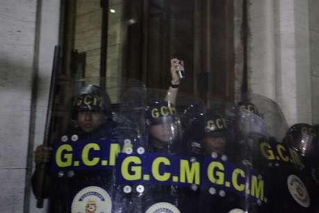 <p>Acuados, guardas metropolitanos tentaram evitar entrada de manifestantes na prefeitura de São Paulo e se protegeram dentro do prédio</p>