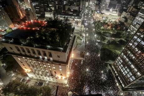 <p>Protestos contra o reajuste da tarifa do transporte público reuniram milhares em São Paulo nas últimas semanas</p>