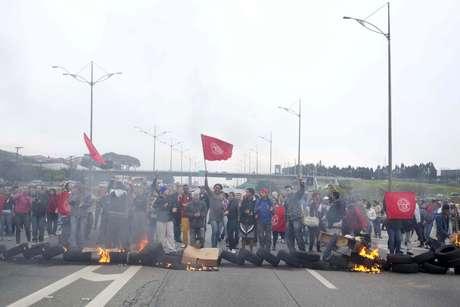 <p>Protesto no km 23 da rodovia Anchieta em São Bernardo do Campo (SP) interditou o trânsito por duas horasna manhã desta quarta-feira</p>