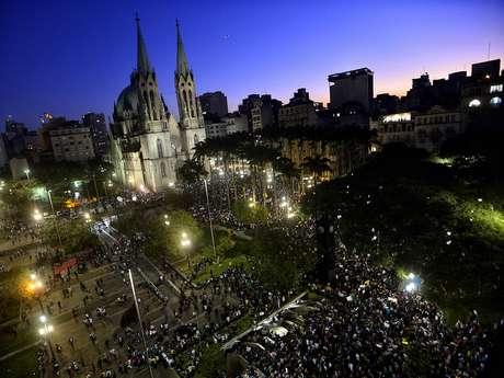<p>Milhares de pessoas se reúnem em São Paulo em protesto contra o aumento da tarifa de transporte e outras mudanças</p>