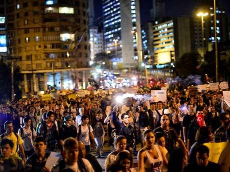 <p>Na noite de terça-feira, manifestantes saíram da praça da Sé e marcharam até a prefeitura de São Paulo</p>
