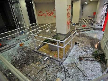 <p>Estabelecimentos foram saqueados e depredados por vândalos durante protestos no Rio de Janeiro</p>