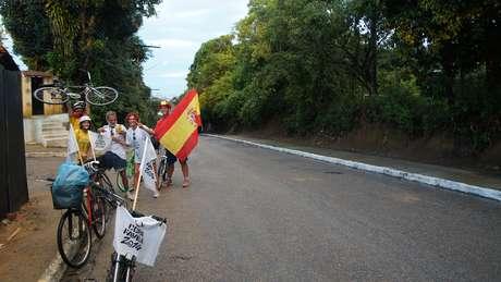 <p>Pequeno grupo de ciclistas chamou atenção da multidão, que sofreu para ir ao estádio e voltar para casa</p>
