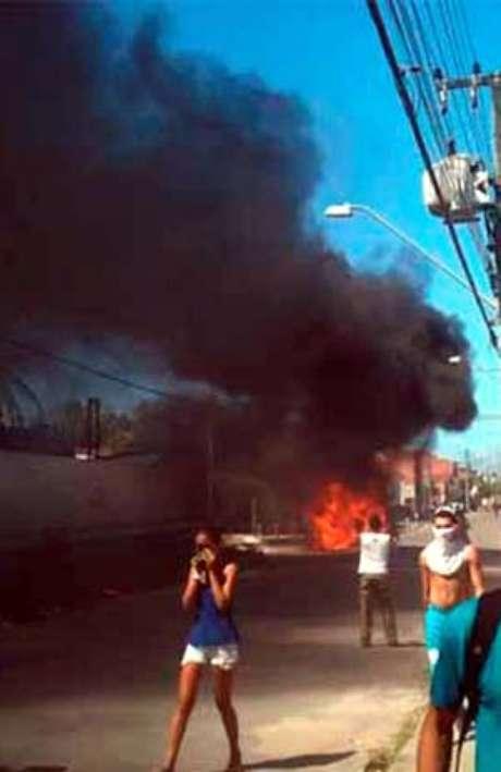 <p>Um carro da Autarquia Municipal de Trânsito de Fortalezafoi queimado durante os conflitos</p>