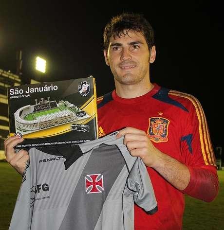bbdc5ea7db ... camisa do Vasco para Balotelli. Casillas recebeu maquete do estádio  vascaíno
