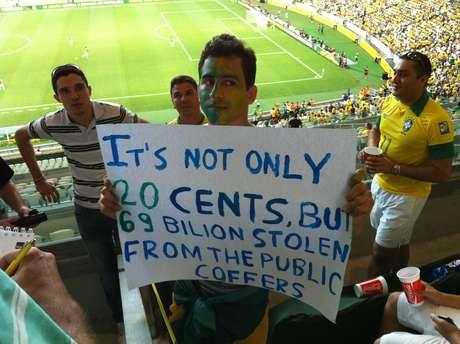 <p>Murilo não pôde entrar com cartaz em português, mas manteve seu protesto</p>