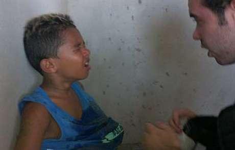<p>Um garoto com cerca de 5 anos inalou o gás pimenta arremessado pela polícia</p>