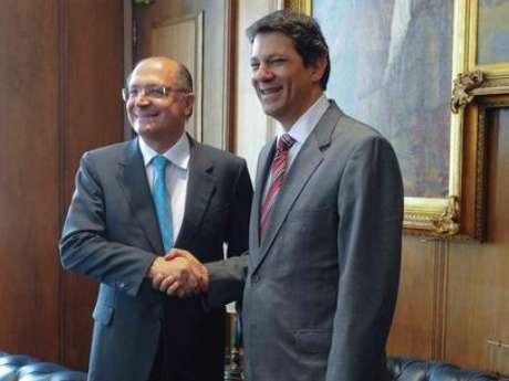 <p>Alckmin (esq.) e Haddad (dir.) anunciaram nesta quarta-feira suspensão de reajuste</p>
