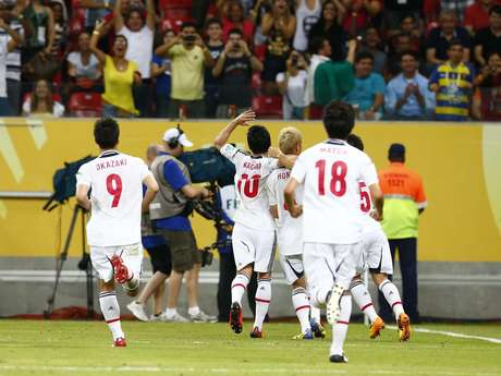 Jogadores do Japão comemoram o primeiro gol marcado contra a Itália