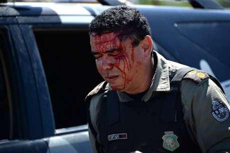 <p>Oito policiais ficaram feridos durante confronto com manifestantes em Fortaleza</p>