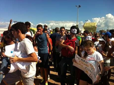 Fora de estádio, manifestantes pediram para torcida cantar Hino Nacional de costas