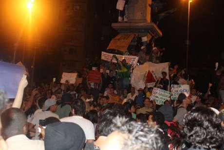 <p>Cerca de três mil pessoas aproveitavam a ausência da PM na praça Sete em BH para fazer festa com bandeiras e protestar</p>