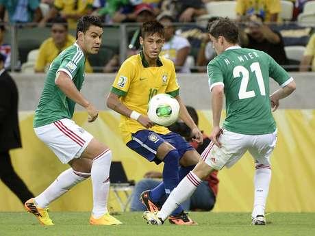 <p>Neymar marcou golaço e fez grande jogada para Jô balançar a rede</p>