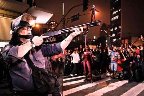 Os publicitários Alessandro Trimarco e Paulo Eugênio de Carvalho Moura criaram uma série de imagens com super-heróis de quadrinhos em cenários das manifestações populares em São Paulo. Batizada de 'Poder e Responsabilidade', a série é inspirada na saga de quadrinhos 'Guerra Civil', da Marvel, publicada entre 2006 e 2007