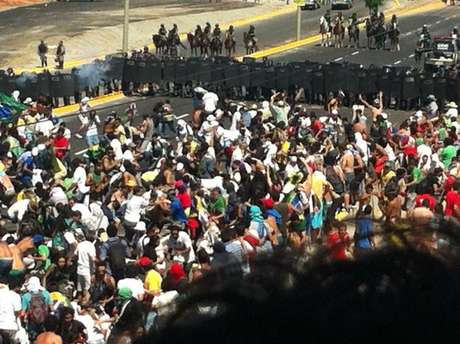 <p>Multidão cercou acessos ao Estádio Castelão em manifestação antes do duelo da últimaquarta</p>