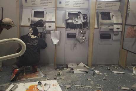 Agências bancárias também foram alvo de vândalos. Um grupo ateou fogo a um estabelecimento que fica no térreo do antigo Hotel Othon