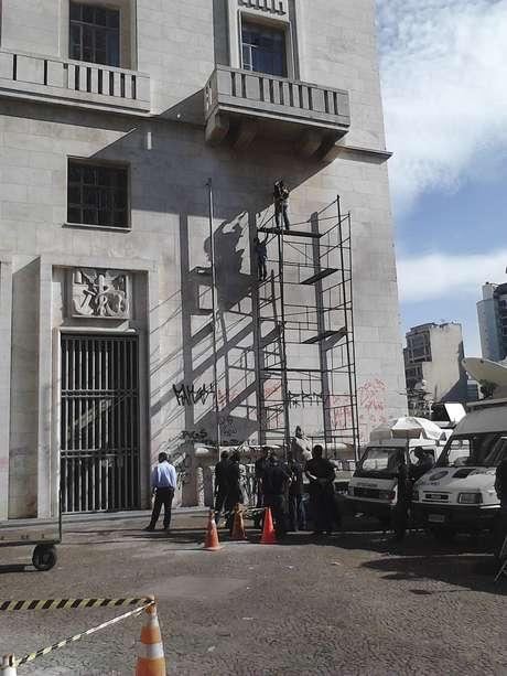 <p>Funcionários da prefeitura de São Paulo trabalham na limpeza e no conserto do prédio, após os atos de vandalismo em meio aos protestos nesta terça-feira</p>
