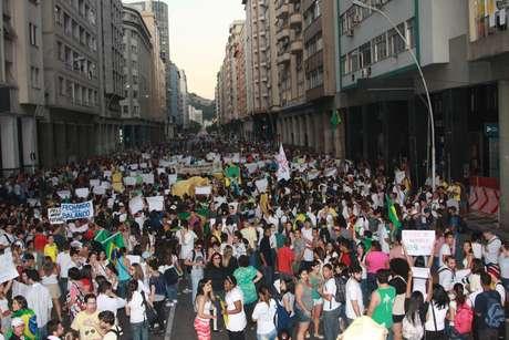 <p>Protesto em Niterói fechou a ponte que dá acesso à capital do Rio de Janeiro</p>